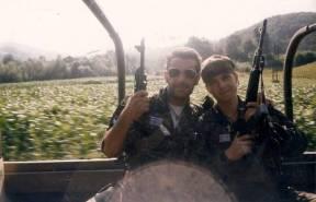 Βοσνία, 1995. Βασίλης Σχιζάς και ένας ακόμα ένοπλος της ΕΕΦ επάνω σε τζιπ ή παρόμοιο στρατιωτικό όχημα