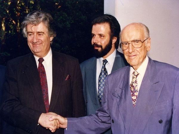 Μάιος 1993, όταν η εθνική Ωμοψυχία τιμούσε στην Αθήνα τον 'άγγελο της ειρήνης', τον 'σύγχρονο Ρήγα Φεραίο' και τον 'Στρατιώτη του Χριστού' σφαγέα. Ο Ανδρέας Παπανδρέου, ο πρόεδρος της Εταιρείας Ελληνοσερβικής Φιλίας και αργότερα βουλευτής και πρόεδρος οργανισμών Αρης Μουσιώνης (αυτός που έλεγε ότι μάζεψε το 1995 δύο εκατομμύρια υπογραφές για να τις στείλει στο ΔΠΔΧΓ να σταματήσουν τη δίωξη ενάντια σε Κάρατζιτς και Μλάντιτς) και ο αντίστοιχος πρόεδρος της Εταιρείας Σερβοελληνικής Φιλίας, ο Ράντοβαν Κάρατζιτς. Η Εταιρεία Ελληνοσερβικής Φιλίας χρηματοδοτούνταν από το Υπουργείο Εξωτερικών σαν ΜΚΟ με πολλά εκατομμύρια, όπως μάθαμε το 2001. Η εθνική Ωμοψυχία που λέγαμε δεν γίνεται να λειτουργεί χωρίς υλικές προεκτάσεις. Για να 'χουμε μέτρο σύγκρισης, η καμπάνια για συλλογή υπογραφών υποστήριξης λιποτακτών και ανυπότακτων, κατ' επιταγή των ψηφισμάτων του Συμβουλίου της Ευρώπης και του Ευρωπαϊκού Κοινοβουλίου για «προστασία, παροχή ασύλου και επιβράβευση» των 100.000 λιποτακτών και φυγόστρατων των Δημοκρατιών της πρώην Γιουγκοσλαβίας, συγκέντρωσε στη χώρα μας μόνο 2.000 υπογραφές.