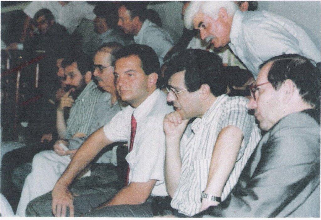 'Εθνική Ωμοψυχία', όπως γράφει και η Ομάδα Carthago. Ιούνιος 1993, Αθήνα, Στάδιο Ειρήνης και Φιλίας, Πανηγυρική εκδήλωση υπέρ του Ράντοβαν Κάρατζιτς. Διακομματική η υποστήριξη, Κώστας Καραμανλής από τη ΝΔ, Σουλαδάκης από το ΠΑΣΟΚ, Κολοζώφ από το ΚΚΕ. Κάπου εκεί βρίσκεται και ο Μίμης Ανδρουλάκης του τότε ΣΥΝασπισμού, όπως επίσης ο πρόεδρος της ΓΣΕΕ Κανελλόπουλος και αμέτρητοι άλλοι συνδικαλιστές και δήμαρχοι. Ο Αρχιεπίσκοπος Σεραφείμ συναντήθηκε με τον Κάρατζιτς και του εξέφρασε την αλληλεγγύη και την συμπαράσταση του ποιμνίου του. Το ίδιο έκαναν και οι ηγεσίες του ΚΚΕ και του ΣΥΝ, Παπαρήγα και Δαμανάκη, δηλαδή εξέφρασαν κι αυτές την συμπαράσταση των δικών τους ποιμνίων. Δυστυχώς, στην ηγεσία της αριστεράς δεν έφταναν ποτέ οι εξομολογήσεις των Σερβόσνιων 'αντιιμπεριαλιστών' του Πάλε προς τους Ελληνες αριστερούς επισκέπτες-συμπαραστάτες για τα σχέδιά τους, πως όταν, δηλαδή, τελειώσει ο πόλεμος και έχουν 'καθαρίσει' με τις άλλες μειονότητες, όνειρό τους ήταν να απαλλάξουν την πατρίδα τους από τα κάθε λογής σοσιαλιστικά και κομμουνιστικά απομεινάρια του παρελθόντος και να φέρουν πίσω τον ... Σέρβο βασιλιά.
