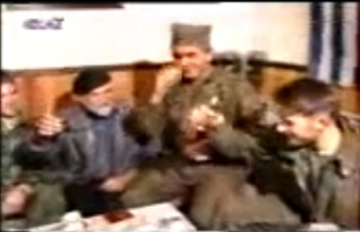 Στο σπίτι του Ζβόνκο Μπάγιαγκιτς. Κώστας Καράλης, Βασιλειάδης, Μπάγιαγκιτς και Σπουργίτης πίνουν slivovitza κάνοντας τον σταυρό τους. Βλασένιτσα, Δεκέμβριος του 1994.
