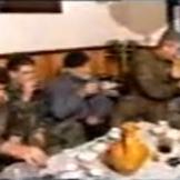Στο σπίτι του Ζβόνκο Μπάγιαγκιτς. Κώστας Καράλης, Μήτκος, Βασιλειάδης, Μπάγιαγκιτς και Σπουργίτης πίνουν slivovitza. Βλασένιτσα, Δεκέμβριος του 1994.