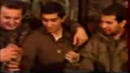 Μουρατίδης, το μέλος της Χρυσής Αυγής Τζανόπουλος κι ένας Σέρβος πίνουν slivovitza. Βοϊκοβίτσι Σαράγεβο, Δεκέμβριος του 1994.