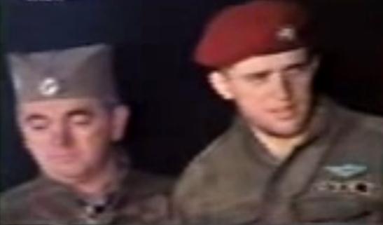 Η ανάπαυση του πολεμιστή γύρω από τη φωτιά. Ζβόνκο Μπάγιαγκιτς και Λευτέρης Σπουργίτης. Βλασένιτσα, Δεκέμβριος του 1994.