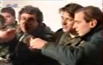 Στο σπίτι του Ζβόνκο Μπάγιαγκιτς. Παπαπέτρου, Σπουργίτης και Χρυσαΐτης πίνουν slivovitza. Βλασένιτσα, Δεκέμβριος του 1994.