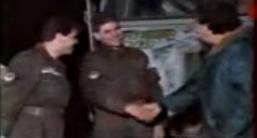 Η ανάπαυση του πολεμιστή γύρω από τη φωτιά. Μήτκος, Βασιλειάδης και Παπαπέτρου σε χειραψία. Βλασένιτσα, Δεκέμβριος του 1994.