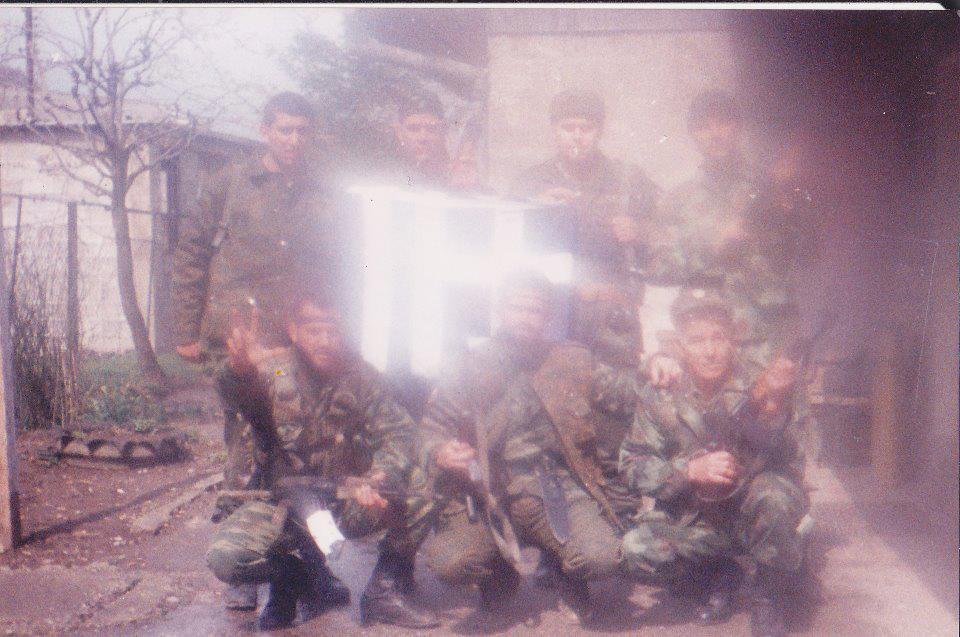 Βοσνία, Απρίλιος 1995. Διακρίνονται οι Μουρατίδης Γιώργος, Βασιλειάδης Τρύφωνας, Μήτκος Αντώνης, Ζαβιτσάνος Δημήτρης, Δημητρίου Χρήστος και άλλοι.
