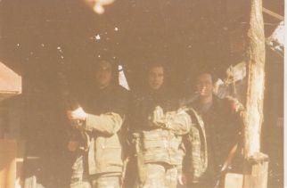 Απρίλιος του 1995, λόφος Μόιμιλο στο Σαράγεβο, Βοσνία. Ο Μαυρογιαννάκης Μιχάλης της Χρυσής Αυγής, ο Χρυσαΐτης Νέστορας και ο Νικολαΐδης Νίκος.
