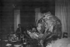 Πάσχα με τον Κάρατζιτς. Απρίλιος 1994, Πάλε, στην έδρα των Κάρατζιτς και Κράιζνικ. Ο Ράντοβαν Κάρατζιτς παρασημοφορεί Ελληνες εθελοντές. Στο τραπέζι