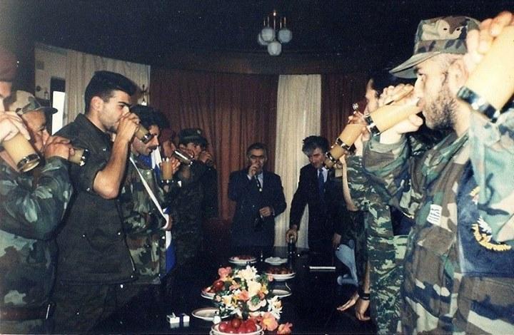 Πάσχα με τον Κάρατζιτς. Απρίλιος 1994, Πάλε, στην έδρα των Κάρατζιτς και Κράιζνικ. Ο Ράντοβαν Κάρατζιτς παρασημοφορεί Ελληνες εθελοντές. Ολοι όρθιοι πίνουν.