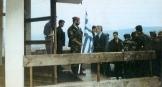Πάσχα με τον Κάρατζιτς. Απρίλιος 1994, Πάλε, στην έδρα των Κάρατζιτς και Κράιζνικ. Ο Ράντοβαν Κάρατζιτς παρασημοφορεί Ελληνες εθελοντές.