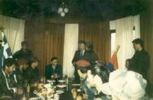Πάσχα με τον Κάρατζιτς. Απρίλιος 1994, Πάλε, στην έδρα των Κάρατζιτς και Κράιζνικ. Ο Ράντοβαν Κάρατζιτς παρασημοφορεί Ελληνες εθελοντές. Στο τραπέζι.