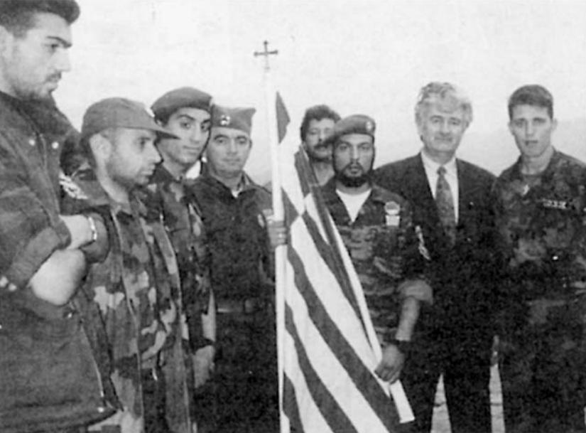 Πάσχα με τον Κάρατζιτς. Απρίλιος 1994, Πάλε, στην έδρα των Κάρατζιτς και Κράιζνικ. Ο Ράντοβαν Κάρατζιτς παρασημοφορεί Ελληνες εθελοντές