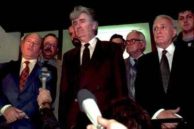 Πάλε Βοσνίας, μια εβδομάδα πριν την 'τελική λύση' σε σερβική version, όπως την είχε περιγράψει ο Κάρατζιτς στην ισπανική εφημερίδα El Pais: «Οι θύλακες ήταν κακή ιδέα. Είχαμε αυτή τη γη επί αιώνες. Γιατί πρέπει να δεχτούμε τους θύλακες, αν έχουμε ένα καλοσχηματισμένο κράτος;;; Οι μουσουλμανικοί θύλακες δεν είναι βιώσιμοι και πρέπει να εξαφανιστούν ή θα το κάνουμε εμείς καλύτερα με τη βία».