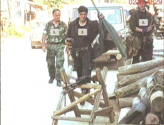 Η ώρα είναι περίπου 16.30 στις 11 Ιουλίου 1995. Ο Μλάντιτς εισβάλλει θριαμβευτικά στην άδεια Σρεμπρένιτσα, μαζί με τους ανώτερους αξιωματικούς του επιτελείου του και τους εκλεκτότερους εκ των παραστρατιωτικών του. Ο Stanko Kojic ή Savanovic, πίσω δεξιά με το καπέλο και ο στρατηγός Radislav Krstic, αριστερά, κατά την είσοδο στην άδεια πόλη.