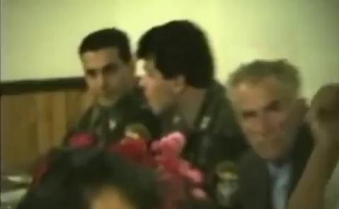 Οι Ελληνες εθελοντές στο σπίτι του Ζβόνκο Μπάγιαγκιτς, στις 12 Ιουλίου 1995, στη μεγάλη σερβική γιορτή Πέτρου και Παύλου, μια μέρα μετά την κατάληψη της Σρεμπρένιτσα.