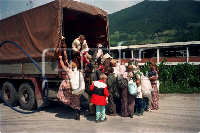 Περιοχή Potocari, Σρεμπρένιτσα, 12 Ιουλίου. Γυναικόπαιδα φορτώνονται σε φορτηγά. Φωτογραφία Art ZAMUR/GAMMA.