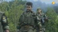 Ημέρες των θηριωδιών, 13 Ιουλίου 1995, Σρεμπρένιτσα, Βοσνία. Τα πυρομαχικά στις εξαρτύσεις και τους γεμιστήρες έτοιμους στα καλάσνικοφ. Με τα όπλα γεμάτα και το δάχτυλο στην σκανδάλη, ξεκινάνε μαζί με Σέρβους ένοπλους παραστρατιωτικούς για κυνήγι Μουσουλμάνων, πιθανώς με την μέθοδο της ενέδρας.
