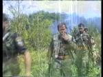 Ημέρες των θηριωδιών, 13 Ιουλίου 1995, Σρεμπρένιτσα, Βοσνία. Πρώτος στη φάλαγγα, διακρίνεται μισός ο αρχιλοχίας Δημήτρης Ζαβιτσάνος. Τρίτος στη φάλαγγα, το μέλος της Χρυσής Αυγής Τζανόπουλος Σπύρος. Με τα όπλα γεμάτα και το δάχτυλο στην σκανδάλη, ξεκινάνε μαζί με Σέρβους ένοπλους παραστρατιωτικούς για κυνήγι Μουσουλμάνων, πιθανώς με την μέθοδο της ενέδρας.