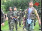 Ο Ελληνορουμάνος Φλορίν Αννα, το μέλος της Χρυσής Αυγής Τζανόπουλος Σπύρος κά, με τα όπλα γεμάτα και το δάχτυλο στην σκανδάλη, ξεκινάνε μαζί με Σέρβους ένοπλους παραστρατιωτικούς για κυνήγι Μουσουλμάνων, πιθανώς με την μέθοδο της ενέδρας. Ημέρες των θηριωδιών, 13 Ιουλίου 1995, Σρεμπρένιτσα, Βοσνία.