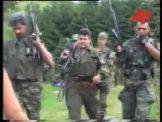 Οι τέσσερις από τους συνολικά δέκα της ΕΕΦ που βρίσκονταν ακριβώς στους τόπους των μαζικών εκτελέσεων αόπλων και αιχμαλώτων. Με τα όπλα σε χαρακτηριστική πολεμική κίνηση, η κάννη προς τα πάνω, και το δάχτυλο στην σκανδάλη, ξεκινάνε μαζί με Σέρβους ένοπλους παραστρατιωτικούς για κυνήγι Μουσουλμάνων, πιθανώς με την μέθοδο της ενέδρας. Ημέρες των θηριωδιών, 13 Ιουλίου 1995, Σρεμπρένιτσα, Βοσνία.