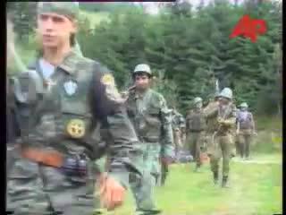 Με τα όπλα γεμάτα και το δάχτυλο στην σκανδάλη, ξεκινάνε μαζί με Σέρβους ένοπλους παραστρατιωτικούς για κυνήγι Μουσουλμάνων, πιθανώς με την μέθοδο της ενέδρας. Ημέρες των θηριωδιών, 13 Ιουλίου 1995, Σρεμπρένιτσα, Βοσνία.