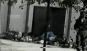1995-07-13 - Kravica Σρεμπρένιτσα - Πτώματα σε αγροτική αποθήκη + ένας Τσέτνικ - Από φιλμ Σέρβου δημοσιογράφου Zoran Petrovic-04