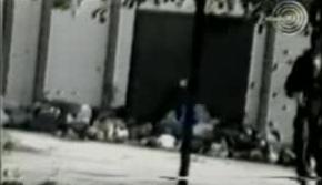 1995-07-13 - Kravica Σρεμπρένιτσα - Πτώματα σε αγροτική αποθήκη + ένας Τσέτνικ - Από φιλμ Σέρβου δημοσιογράφου Zoran Petrovic-03
