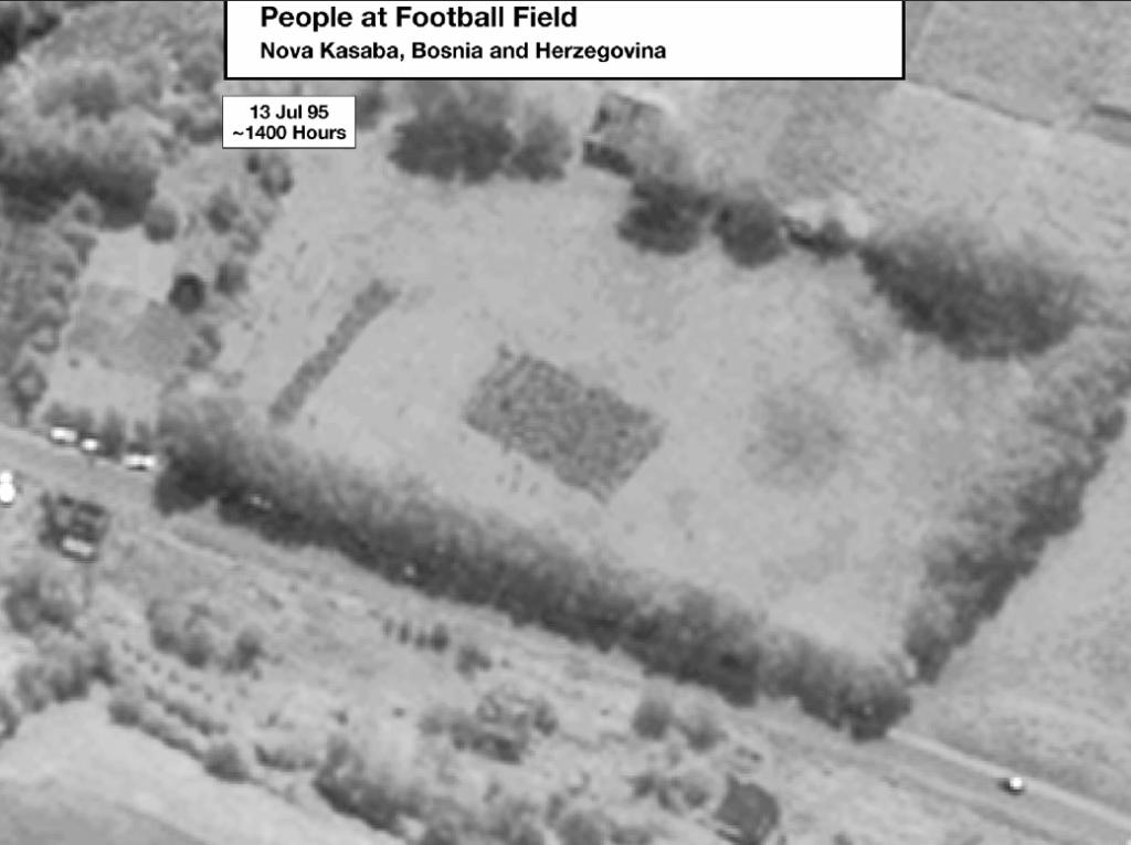 Μια συγκλονιστική δορυφορική φωτογραφία από το ποδοσφαιρικό γήπεδο στη Nova Kasaba, ακριβώς στις 14.00 της 13ης Ιουλίου 1995. Το πυκνό ορθογώνιο στη μέση της εικόνας δείχνει τους εκατοντάδες κρατούμενους να στοιβάζονται ενώ περιμένουν να εκτελεστούν. Στην ευρύτερη περιοχή, ακόμα ανακαλύπτονται μαζικοί τάφοι, αφού οι Σέρβοι ξέθαβαν τα πτώματα και τα έθαβαν ξανά αλλού, μακριά, μέχρι και στο Βελιγράδι βρέθηκαν υπολείμματα πτωμάτων από θύματα της Σρεμπρένιτσα. Εδώ σταμάτησαν οι Ελληνες της ΕΕΦ, συνοδεύοντας στις μετακινήσεις του τον διοικητή τους Ζβόνκο Μπάγιαγκιτς, και εδώ έπαιρναν φωτογραφίες, τις ίδιες στιγμές, σύμφωνα με τα στοιχεία που κατατέθηκαν στο ΔΠΔΧΓ, κατά τις οποίες αιχμάλωτοι Βόσνιοι Μουσουλμάνοι, γονατισμένοι και με δεμένα τα χέρια στην πλάτη, περίμεναν να εκτελεστούν. Θα τους ρωτήσει ποτέ κανένας τι ακριβώς συνέβη στο σφαγείο αυτό;;;