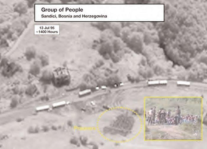 Φωτογραφία από δορυφόρο, από τις δικογραφίες του International Criminal Tribunal at the Hague. Βόσνιοι κρατούμενοι περιμένουν την εκτέλεσή τους. Στο βάθος λεωφορεία που τους μεταφέρουν στους τόπους εκτελέσεως. Από εδώ είχαν περάσει και οι Ελληνες εθελοντές με τον διοικητή τους Ζβόνκο Μπάγιαγκιτς, και τραβούσαν φωτογραφίες, ακριβώς εκείνες τις ώρες της 13ης Ιουλίου 1995.