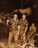 Ιούλιος 1995, λίγες μέρες μετά τη Σρεμπρένιτσα. Οι εθελοντές δέχονται δημοσιογραφικό-φωτογραφικό συνεργείο στη βάση τους. Εδώ ο Γιώργος Μουρατίδης με τον φωτογράφο του οποίου οι φωτογραφίες δημοσιεύτηκαν τον Αύγουστο του 1995 στην εφημερίδα Εθνος.