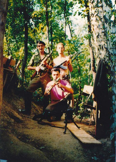 Τρεσκά, Βοσνία, Ιούλιος 1997. Διακρίνονται ο Ελληνας εθελοντής της ΕΕΦ Νίκος χωρίς χιτώνιο και άλλοι δύο.