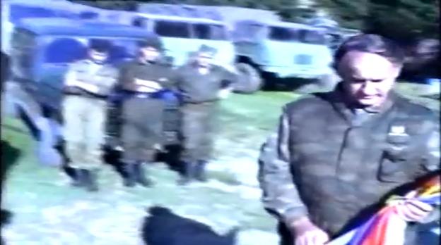 Οκτώβριος 1995, τελετή στο στρατόπεδο στη Vlasenica. Ο στρατηγός Radislav Krstic δίνει τη σημαία -και καινούργια όπλα- στο 10ο Απόσπασμα Σαμποτάζ (10 Diverzantski Odred, 10th Sabotage Detachment) των ψυχρών εκτελεστών Milorad 'Miso' Pelemis, Franc Kos και Stanko Kojic. Πίσω δεξιά, ακουμπισμένοι στο όχημα, ο Ζβόνκο Μπάγιαγκιτς και άλλοι δύο που θα μπορούσαν να είναι από την ΕΕΦ. Διόλου απίθανο ανάμεσα στους τιμώμενους σφαγείς να βρίσκεται και το μέλος της ΕΕΦ Αγγελος Λάτσιος, το μοναδικό Ελληνόπουλο που το όνομά του φιγουράρει στις λίστες με τα ονόματα των μελών του μισθοφορικού 10ου Αποσπάσματος Σαμποτάζ (πέντε μάρκα το κεφάλι), δηλαδή των πιο απάνθρωπων και αιμοσταγών εκτελεστών και εγκληματιών πολέμου.