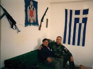 Φωτογραφία από 'Αποστολή ανθρωπιστικής βοήθειας' από την Ρόδο, Νοέμβριος 1995. Ενας εθελοντής και ο γνωστός πολιτευτής της Ρόδου Κώστας-Ντίνος Μαντικός.