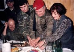 Πρωτοχρονιά 1996. Στο αρχηγείο του σερβοβοσνιακού στρατού του Μλάντιτς, στο Han Pijesak, μια όμορφη γιορτή με τον Μλάντιτς στο τσακίρ-κέφι, φορώντας ελληνικό τσολιαδίστικο φέσι και τον Αντώνη Μήτκο να διασκεδάζουν και να χορεύουν. Το φέσι του τσολιά συναντάει την Sajkaca και τα 4 κυριλλικά 'C' του σερβικού σταυρού («Samo sloga Srbina spasava», «μόνο η ενότητα θα σώσει τους Σέρβους»).