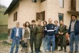Βλασένιτσα, Βοσνία, 1995. Διακρίνονται οι Kαλτσούνης Κωνσταντίνος, Φλορίν Αννα, Ζαβιτσάνος Δημήτρης, ένας κάμεραμαν και άλλοι. Προφανώς πρόκειται για επίσκεψη τηλεοπτικού συνεργείου, η χαρά του ςθελοντή: Δημοσιότητα. Αυτό ακριβώς που τους προσφέρουμε κι εμείς εδώ, και μάλιστα 20 χρόνια μετά, όταν διαβιούν παντελώς ξεχασμένοι και λησμονημένοι από όλους. Οι 'ήρωες'.