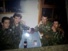 Διασκέδαση και πάλι, ο Σχιζάς Βασίλης, ο μανιακός με τις πουλάδες και δύο άλλοι. Βλασένιτσα, Βοσνία, 1995.