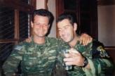 Ως συνήθως διασκεδάζουν και πίνουν μπύρες, ο Σχιζάς Βασίλης και ο μανιακός με τις πουλάδες. Βλασένιτσα, Βοσνία, 1995.