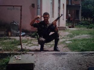 Τα παιδία παίζει. Βλασένιτσα, Βοσνία, 1995. Διακρίνεται ο Σχιζάς Βασίλης με το πιστόλι στον κρόταφο ...