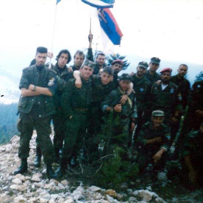 Βλασένιτσα Βοσνίας, 1995, άνδρες της ΕΕΦ με τον Σερβοβόσνιο διοικητή τους. Διακρίνονται τα μέλη της Χρυσής Αυγής ΜΜ, Μπέλμπας Απόστολος και Κουσουμβρής Σωκράτης και οι Σπουργίτης Ελευθέριος, Κώστας, Λάτσιος Αγγελος του 10ου Αποσπάσματος Σαμποτάζ, Ζαβιτσάνος Δημήτριος (αρχιλοχίας της ΕΕΦ), Δημητρίου Χρήστος και άλλοι.