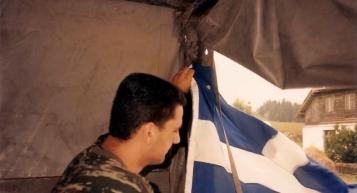 Βοσνία, 1995. Διακρίνεται ένας Ελληνας εθελοντής της ΕΕΦ με ελληνική σημαία σε αντίσκηνο.