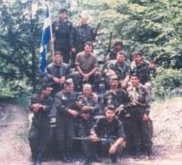 Βοσνία, 1995. Ελληνες της ΕΕΦ επάνω σε άρμα μάχης με ελληνική σημαία. Διακρίνονται οι Μήτκος Αντώνης, Βασιλειάδης Τρύφωνας, Καθάριος Κυριάκος, Ζβόνκο Μπάγιαγκιτς, Δημητρίου Χρήστος, Φλορίν Αννα, Μουρατίδης Γιώργος, άλλοι Ελληνες και πιθανώς Σέρβοι, και ο Σταύρος Βιτάλης, σύμφωνα με τον ίδιο.