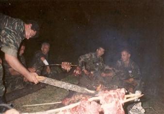 Ο διοικητής της ΕΕΦ Μήτκος κι άλλοι οπλίτες της ΕΕΦ απολαμβάνουν κοψίδια στη σούβλα. Βλασένιτσα, Βοσνία, 1995.