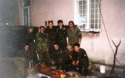 Ο διοικητής της ΕΕΦ Μήτκος κι άλλοι οπλίτες της ΕΕΦ και Σέρβοι απολαμβάνουν κοψίδια στη σούβλα. Βλασένιτσα, Βοσνία, 1995.