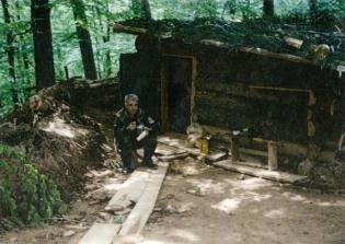 Βοσνία, 1995. Διακρίνεται ο Δημητρίου Χρήστος σε φυλάκιο-καλύβα.