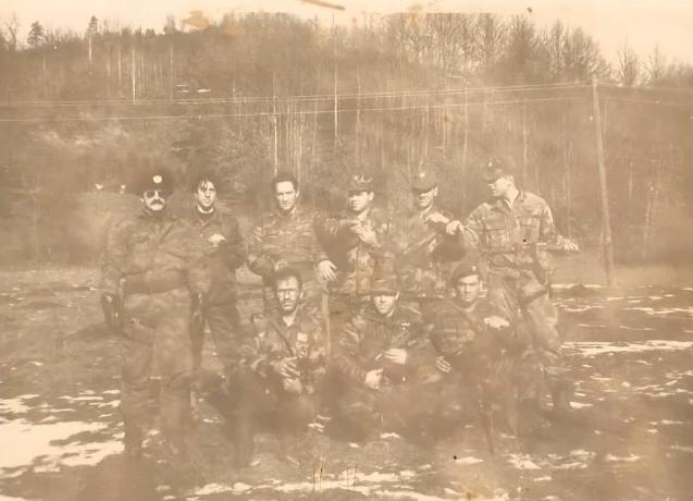Βοσνία, 1995. Διακρίνονται οι Μήτκος Αντώνης, Βασιλειάδης Τρύφωνας, το μέλος της Χρυσής Αυγής ΜΜ και άλλοι.