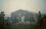 1995-xx-xx – Βοσνία – Ελληνική Εθελοντική Φρουρά ΕΕΦ – Μήτκος Αντώνης + Βασιλειάδης Τρύφωνας + 5 ένοπλοι σε σκηνή μεσημαία