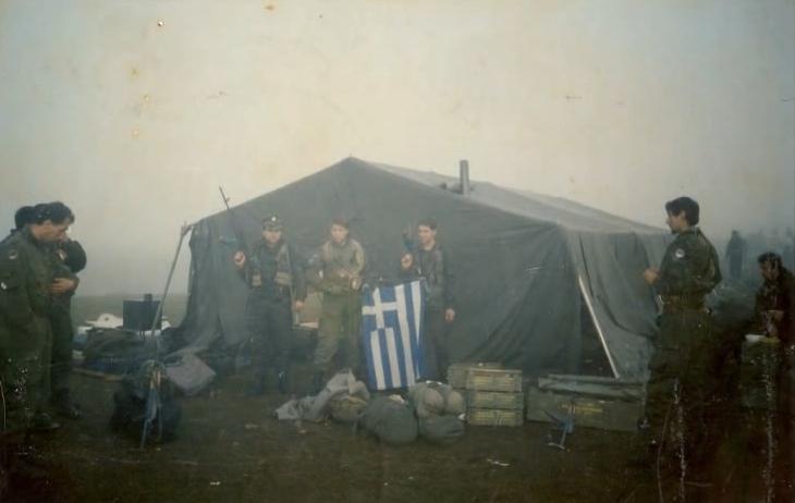 Βοσνία, 1995. Διακρίνονται σε σκηνή με μια σημαία οι Μήτκος Αντώνης, Βασιλειάδης Τρύφωνας και άλλοι Ελληνες της ΕΕΦ.