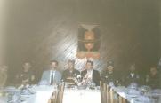 Επίσημο γεύμα προς τιμήν της ΕΕΦ σε ανώτατο επίπεδο: Δύο Σέρβοι αξιωματούχοι, Βασιλειάδης, Μπάγιαγκιτς, Μήτκος, Ζαβιτσάνος, Κουσουμβρής Σωκράτης και άλλοι. Βλασένιτσα, Βοσνία, 1995.
