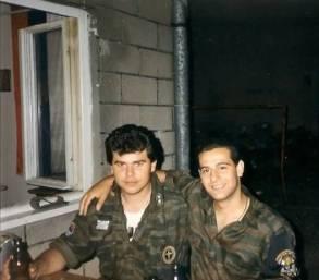 Ο διοικητής της ΕΕΦ Μήτκος κι ένας οπλίτης της ΕΕΦ πίνουν μπύρες. Βλασένιτσα, Βοσνία, 1995.