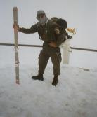 Στο χιόνι, με στολή αλπινιστών ή κάτι παρόμοιο καταδρομικό: Ελευθέριος Σπουργίτης, διωγμένο μέλος της ΕΕΦ.